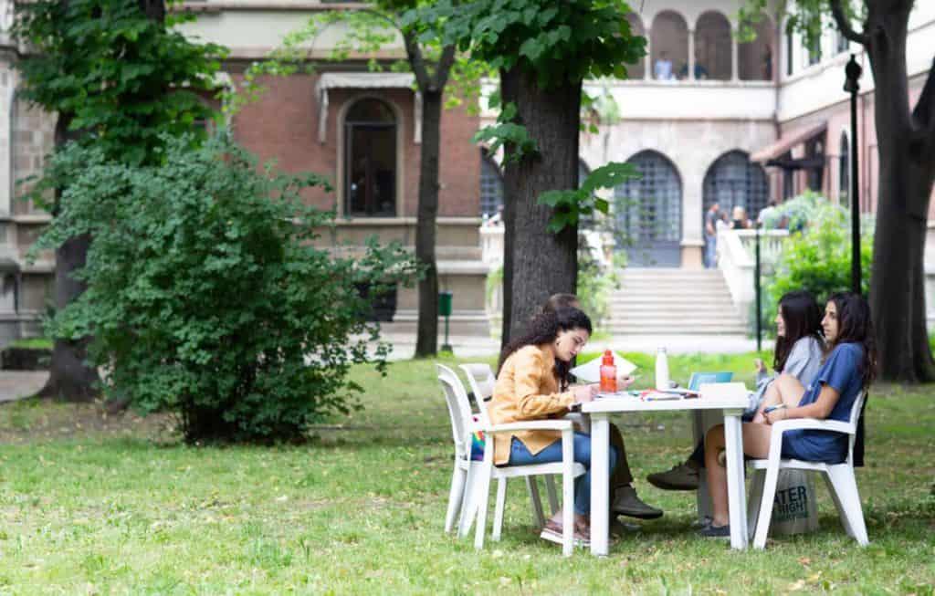 Ragazze studiano Collegi in Campus